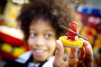 10Kind_mit-Legofigur-Kai